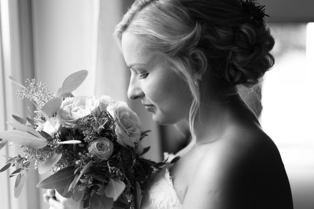 Braut mit Brautstrauß schwarz-weiss