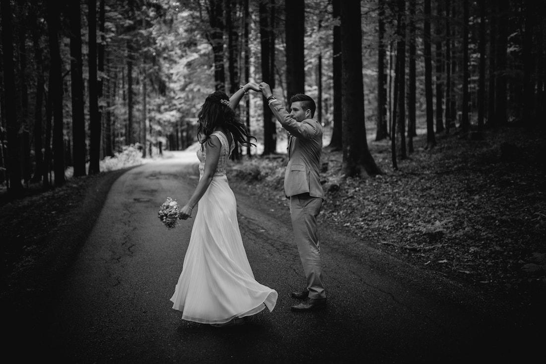 Brautpaar tanzend Wald