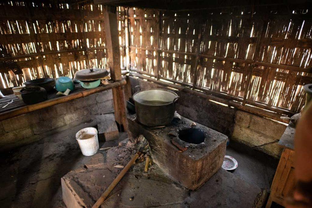 Küche in einem typisch balinesischem Haus - hier wird neben den Betten gekocht