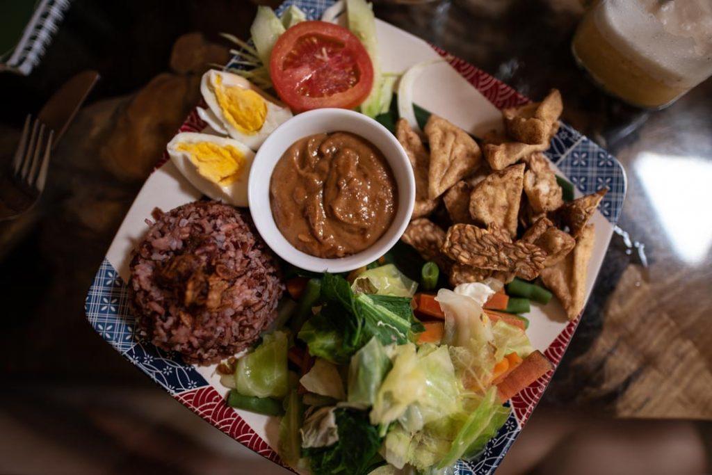 Eines der Nationalgerichte auf Bali: Gado Gado. Dieses besteht aus Salat und Gemüse mit Erdnusssauce. Yummie!
