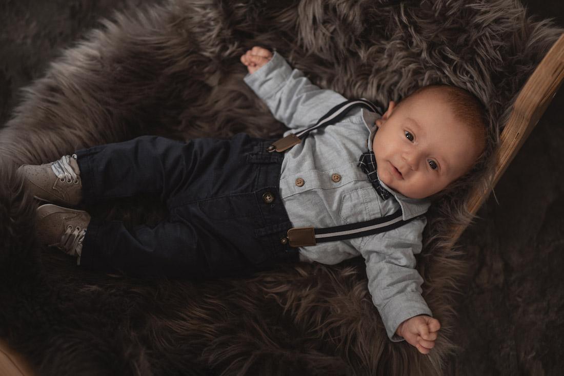 süßes Babyfoto in Körbchen