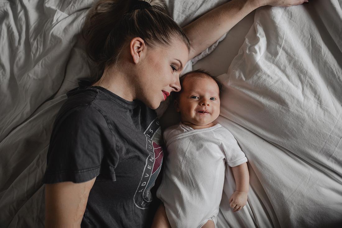 Baby mit Mama Zuhause