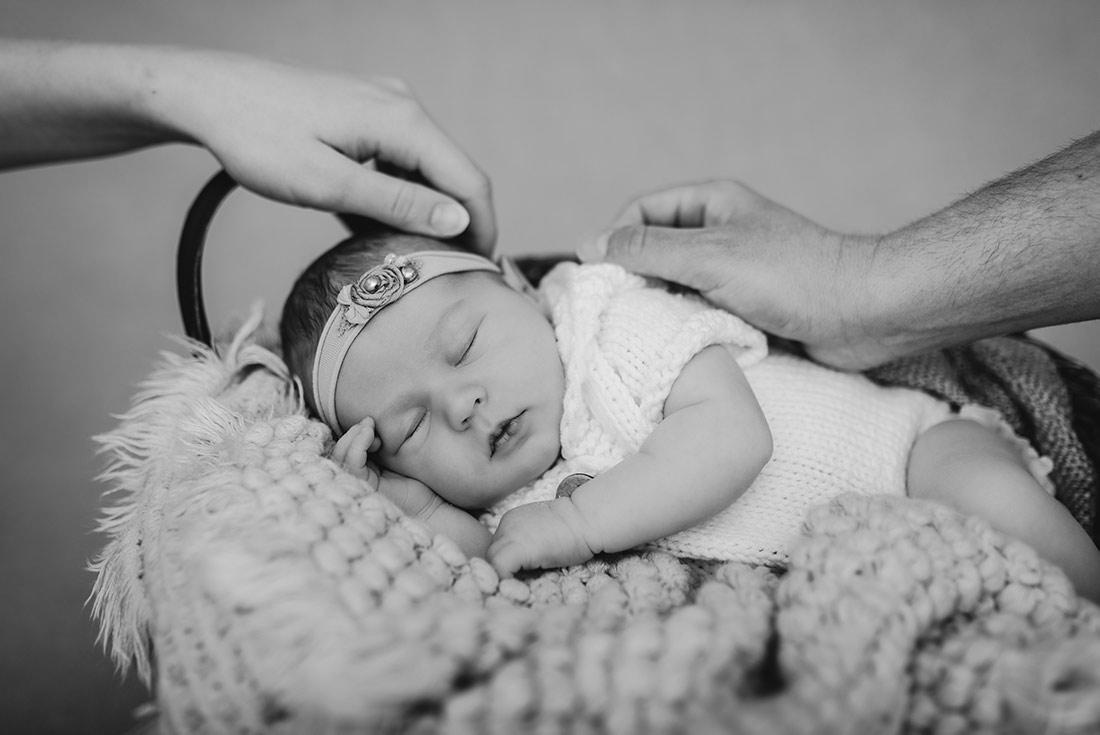Neugeborenes mit Händen Eltern